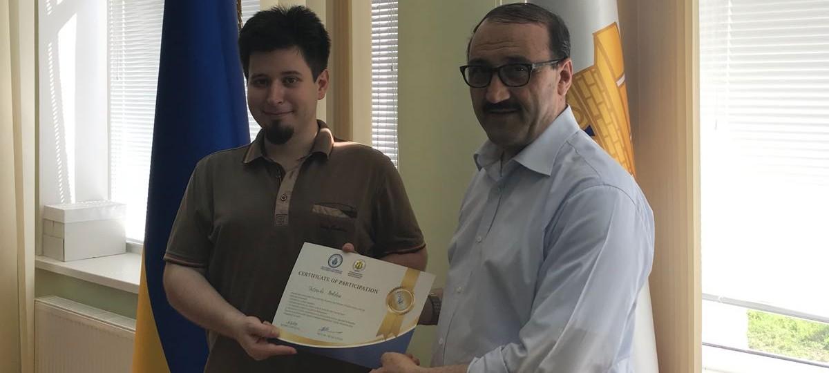 تم توزيع الشهادات على الطلاب المشاركين في القاعة المخصصة باسم سعيد النورسي في جامعة برياسلاف في أوكرانيا